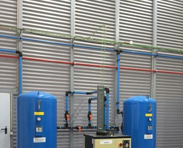 Installation of accumulators and of dryer compressed air.